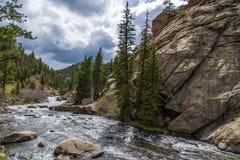冲的小河河水通过十一英里峡谷科罗拉多 库存照片