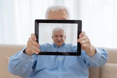老人和现代技术 免版税库存照片