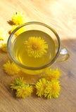 与花的蒲公英茶 免版税图库摄影