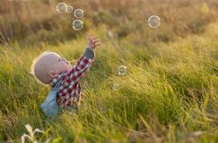 婴孩和泡影 免版税库存照片