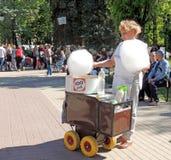 棉花糖的女推销员在正方形的 图库摄影
