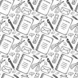 与学校文具工具的手拉的无缝的样式 在乱画样式的传染媒介黑白背景 学校用工具加工纹理 库存图片