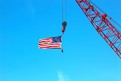 拿着美国国旗的起重机 免版税库存照片