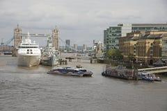 伦敦水池运送停泊在塔桥梁英国附近 免版税图库摄影