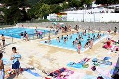 学校游泳竞争 免版税库存图片