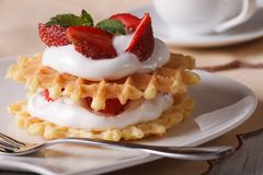 比利时华夫饼干用新鲜的草莓和奶油色特写镜头 免版税库存图片