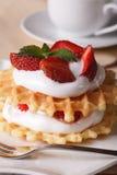 与新草莓和奶油特写镜头垂直的奶蛋烘饼 免版税库存照片