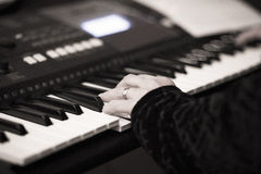 Джазовый музыкант играя музыкальный инструмент клавиатуры рояля Стоковое Изображение