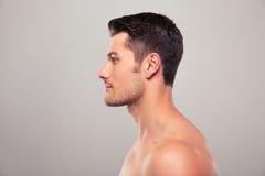 一个年轻人的侧视图画象有裸体躯干的 免版税库存照片