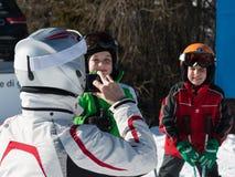 拍孩子照片在阿尔卑斯山的假日期间 免版税库存照片