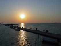 反对日落的人剪影在莱夫卡斯州希腊 免版税库存照片
