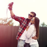 做自画象的美好的年轻夫妇在照相机 免版税库存照片