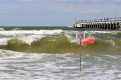 在帕兰加海滩的警告旗子 免版税库存图片