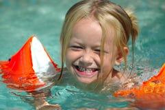 女孩一点池游泳 免版税图库摄影