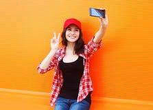时尚、技术和人概念-愉快的俏丽的女孩 图库摄影
