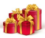 Ρεαλιστικά τρισδιάστατα κόκκινα δώρα με το ζωηρόχρωμο χρυσό περικάλυμμα κορδελλών Στοκ εικόνες με δικαίωμα ελεύθερης χρήσης