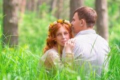 美丽的恋人在森林里 免版税库存照片
