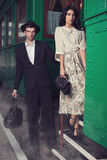 在火车站的可爱的夫妇 免版税库存图片