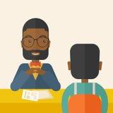 Χαμογελώντας μαύρος διευθυντής του ανθρώπινου δυναμικού που περνά από συνέντευξη Στοκ Φωτογραφίες