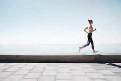 连续亚裔妇女 训练户外海边的女性赛跑者 库存图片
