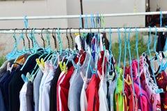 干燥布料和挂衣架在布料线 免版税图库摄影