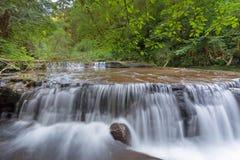 在壁架的落下的瀑布在甜小河秋天足迹 免版税库存图片