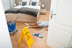 佣人有事故,当清洗旅馆客房时 免版税图库摄影