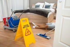佣人有事故,当清洗旅馆客房时 图库摄影