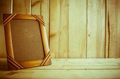 在木桌上的古色古香的照片框架在木背景 免版税库存照片