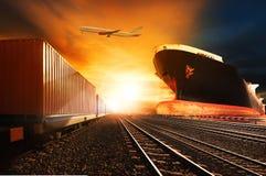 Τραίνα εμπορευματοκιβωτίων, εμπορικό σκάφος στο ΛΦ αεροπλάνων μεταφοράς εμπορευμάτων φορτίου λιμένων Στοκ Εικόνες