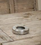 在一张木桌上的烟灰缸 库存照片
