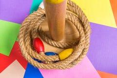 Игра броска кольца на деревянной предпосылке Стоковые Фотографии RF