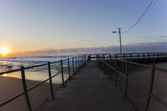 潮汐水池挥动日出颜色 免版税库存照片