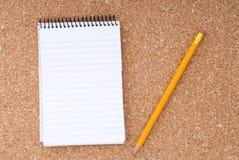 在铅笔螺旋表面的黄柏记事本 库存图片