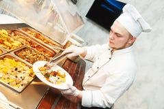 Εξυπηρετώντας τρόφιμα αρχιμαγείρων μαγείρων Στοκ εικόνες με δικαίωμα ελεύθερης χρήσης