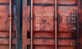 与文本的老红色运输货柜门 免版税库存图片