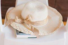 Καπέλο αχύρου και βιβλίο Στοκ Εικόνες