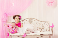Παιδί μόδας, πορτρέτο μικρών κοριτσιών, τοποθέτηση παιδιών στο ρόδινο φόρεμα Στοκ φωτογραφία με δικαίωμα ελεύθερης χρήσης