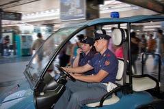 在火车站里面的警察 图库摄影