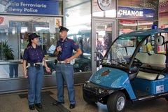 在火车站里面的警察 免版税库存照片
