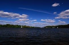 水库在与参与在赛船会的风船的一个夏日 免版税图库摄影