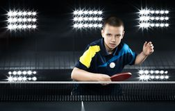 戏剧的小男孩网球球员在黑色 库存图片