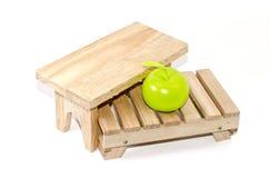 货盘 木桌和绿色苹果灯在板台 库存图片