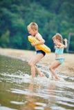 Παιδιά που λούζουν στη λίμνη το καλοκαίρι Στοκ φωτογραφία με δικαίωμα ελεύθερης χρήσης
