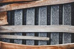 做的构成? ?从屋顶和弯曲的委员会老金属板  免版税库存图片