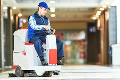 Пол магазина чистки работника с машиной Стоковое Фото