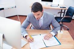 Επιχειρηματίας που υπογράφει το έγγραφο στην αρχή Στοκ φωτογραφίες με δικαίωμα ελεύθερης χρήσης