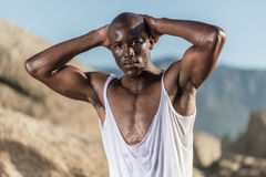 露胸部的非洲黑色撕毁的白色衬衣 库存图片