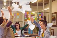 在天空中庆祝商人投掷的纸 免版税库存图片