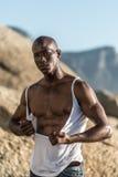 露胸部的非洲黑色撕毁的白色衬衣 免版税库存图片